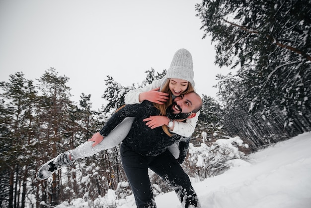 Couple, jouer, neige, forêt