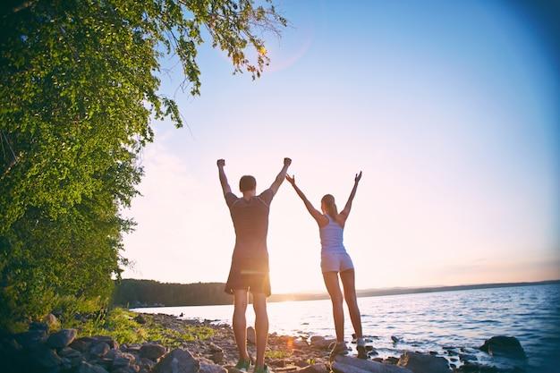Couple jouir de la liberté et de bonheur