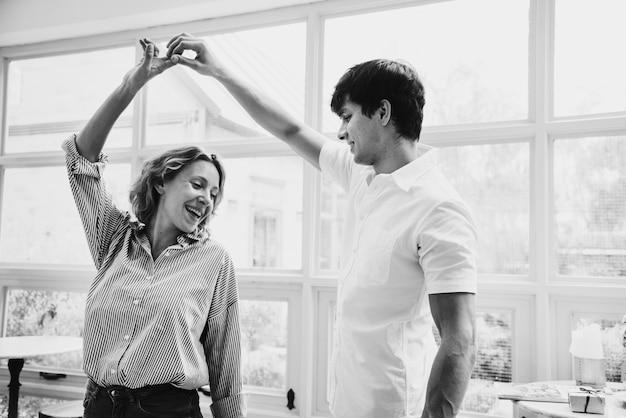 Un couple joyeux aime danser ensemble