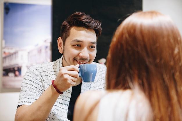 Couple joyeux dans un café