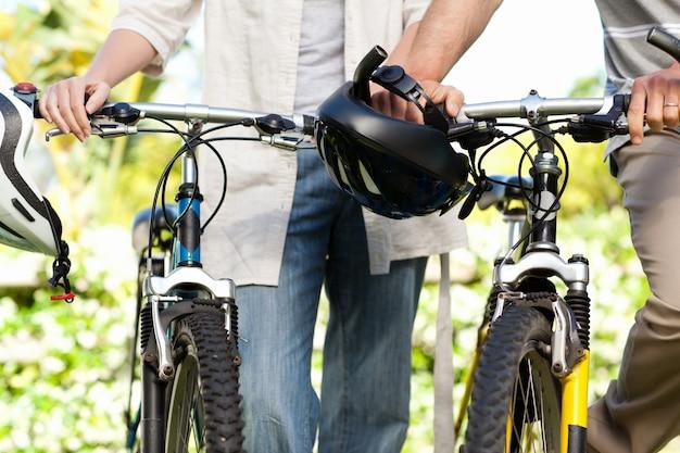 Couple joyeux avec leurs vélos