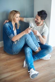 Couple joyeux prenant une pause du déballage