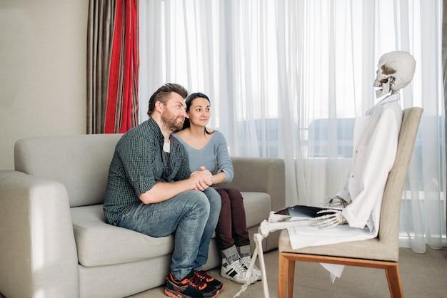 Couple jure à la réception du squelette du médecin
