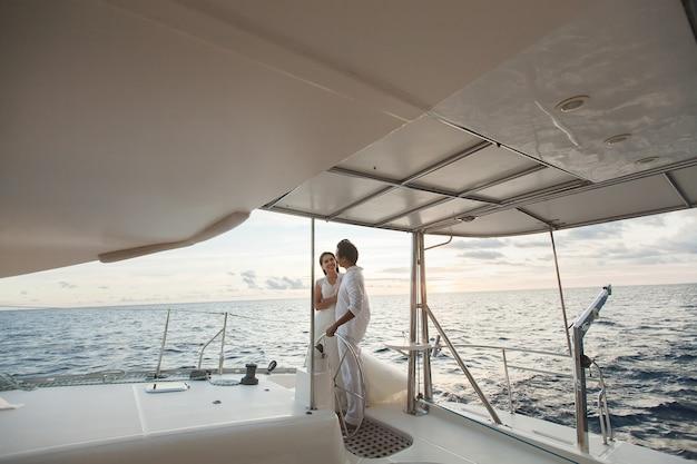 Couple juste marié sur yacht. heureux mariés