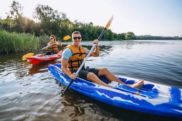 Couple, kayak, rivière