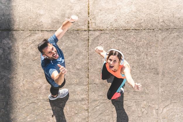 Couple latin courir ou faire du jogging ensemble à l'extérieur.