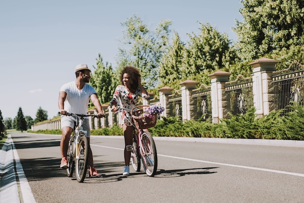 Couple latin sur le cyclisme à une date romantique