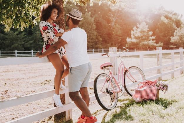 Couple latin heureux ensemble dans le parc