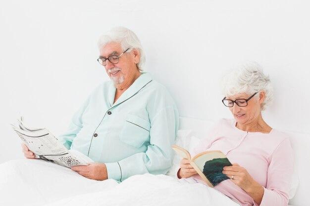 Couple de lecture au lit