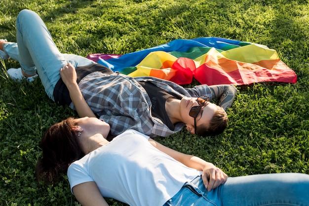Couple lesbien, couché, sur, clairière verte