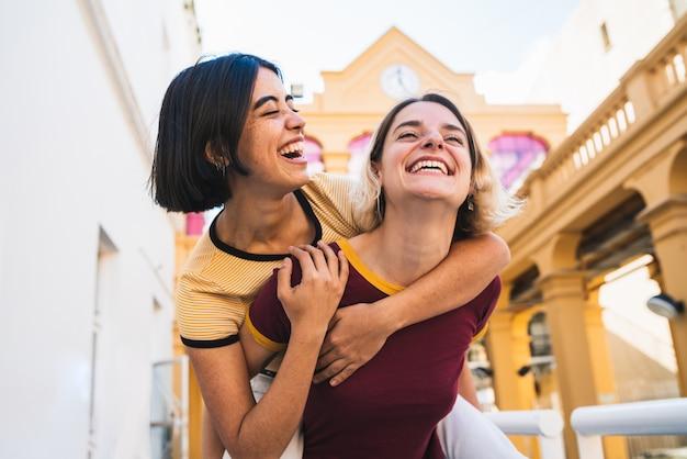 Couple de lesbiennes aimant s'amuser dans la rue.