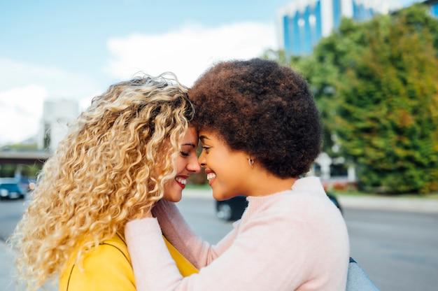Couple de lesbiennes aimantes dans la rue. concept lgtb