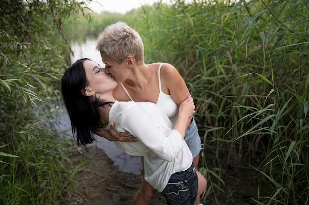 Couple de lesbiennes à angle élevé s'embrassant