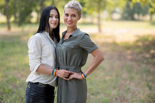 Couple de lesbiennes à angle élevé