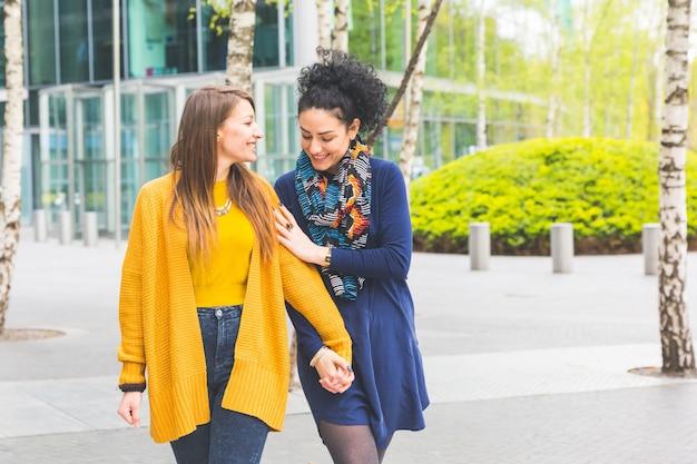 Couple de lesbiennes à berlin marchant et tenant les mains