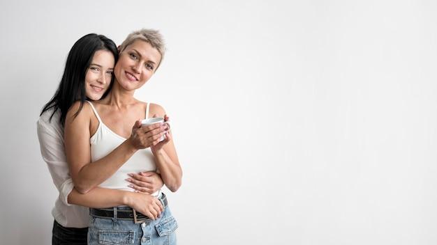 Couple de lesbiennes avec copie espace