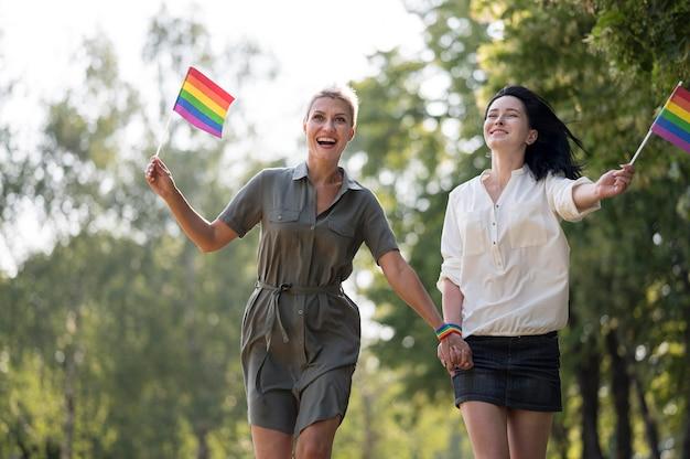 Couple de lesbiennes en cours d'exécution