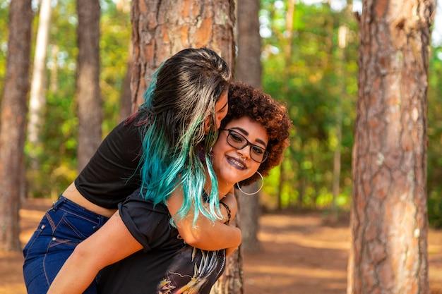 Couple de lesbiennes dans le parc