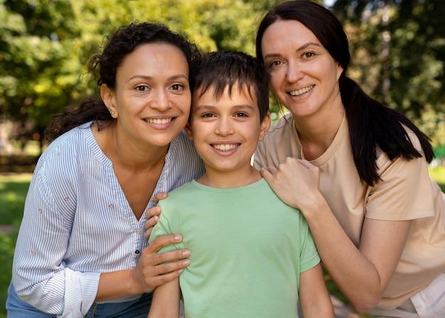 Couple de lesbiennes avec leur fils passant du temps ensemble à l'extérieur