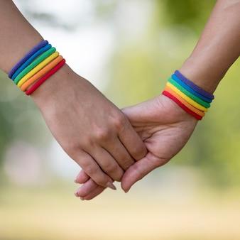 Couple de lesbiennes main dans la main gros plan