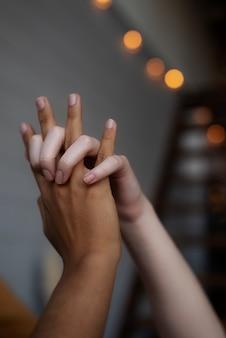 Couple de lesbiennes main dans la main