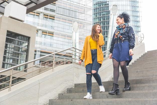 Couple de lesbiennes marchant à berlin