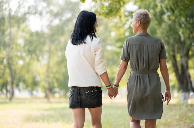 Couple de lesbiennes marche en plein air