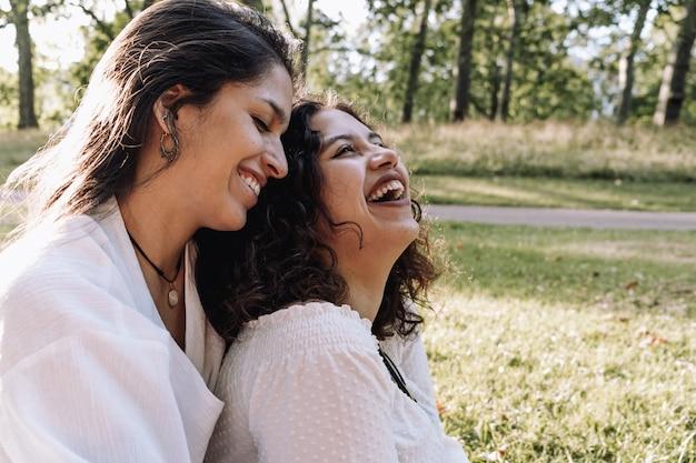 Couple de lesbiennes moments bonheur