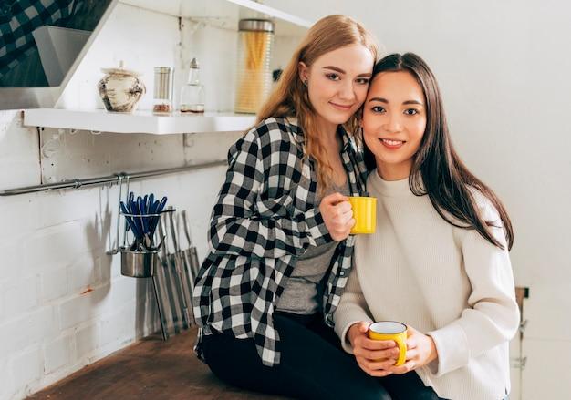 Couple de lesbiennes multiethnique dans la cuisine