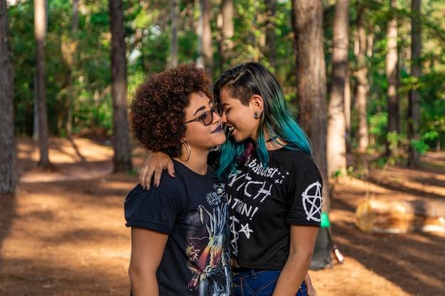 Couple de lesbiennes par une belle journée dans le parc