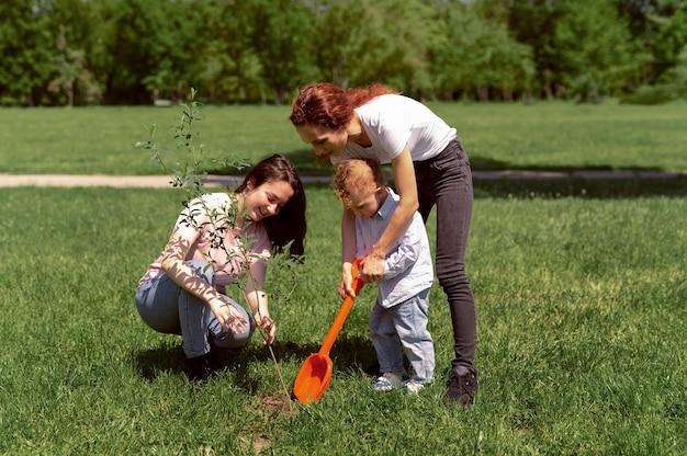 Couple de lesbiennes passant du temps avec leur enfant dans le parc