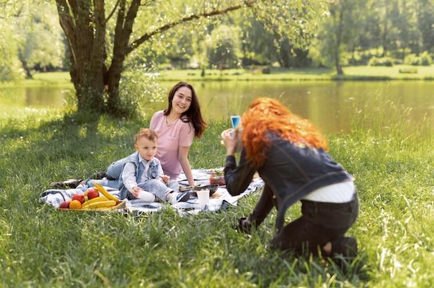 Couple de lesbiennes passant du temps avec leur enfant