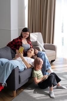 Couple de lesbiennes passant du temps avec leur fille