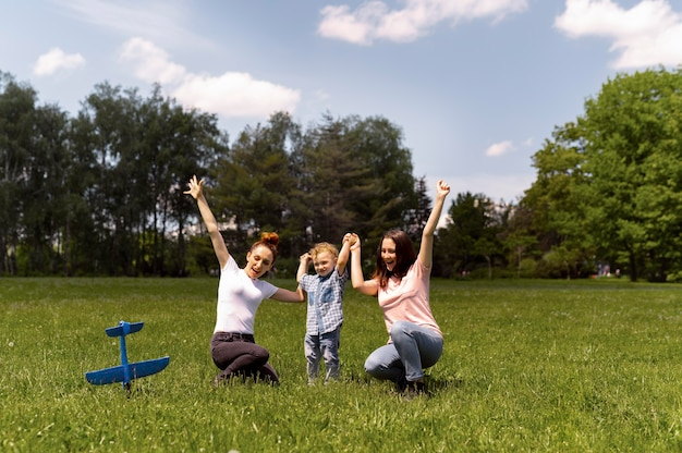 Couple de lesbiennes passant du temps avec leur fils dans le parc