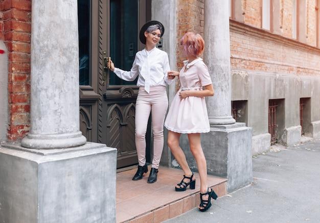 Couple de lesbiennes près du vieux bâtiment de la ville