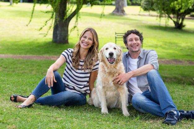 Couple avec leur chien dans le parc