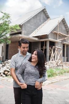 Couple avec leur maison presque terminée