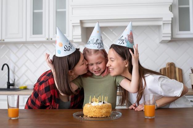 Couple lgbt passant du temps avec leur fille le jour de son anniversaire