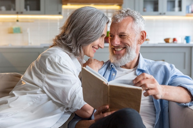 Couple lisant ensemble coup moyen