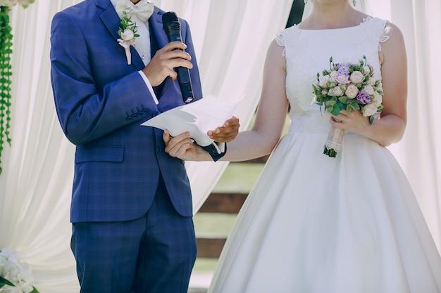 Couple lisant leurs vœux