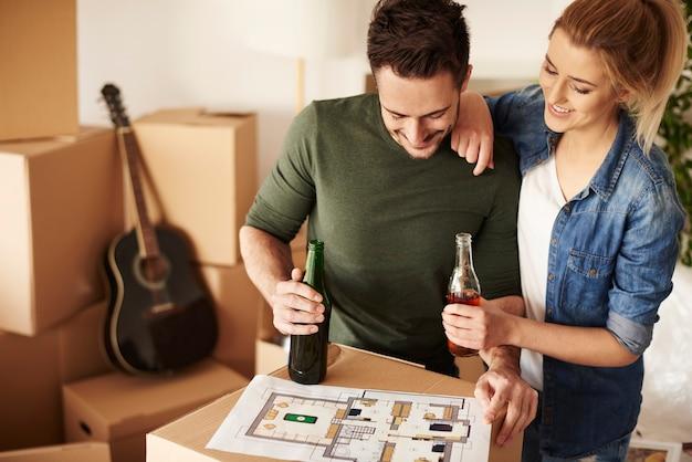 Couple lisant un plan et buvant des bières