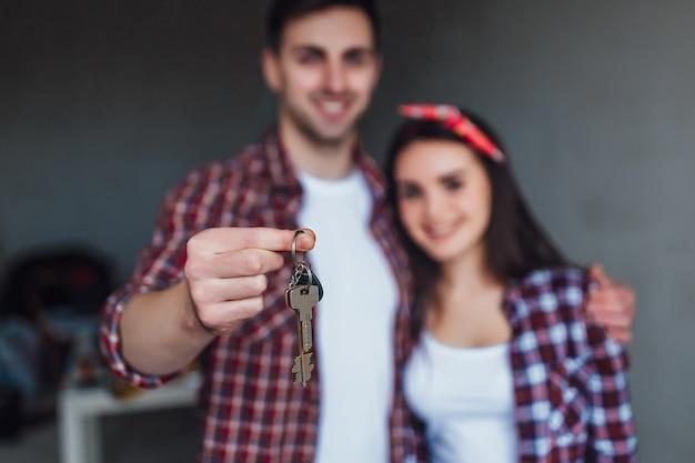 Couple de loterie gagner des clés pour la nouvelle maison,