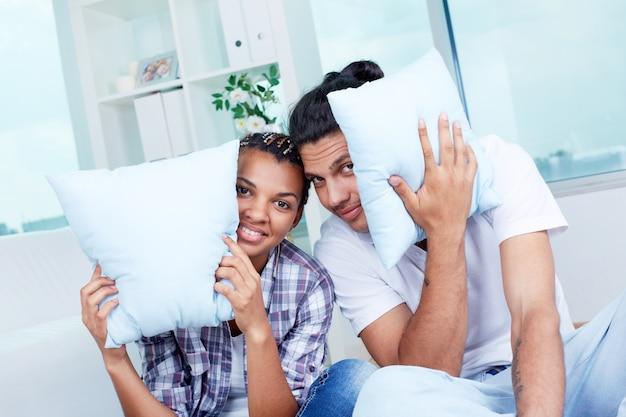 Couple ludique avec des coussins