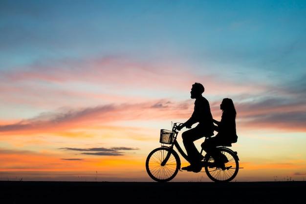 Couple de lune de miel nature romance de bonheur