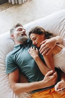 Couple en lune de miel se détendre dans une chambre d'hôtel