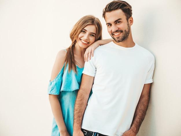 Couple avec des lunettes de soleil posant dans la rue