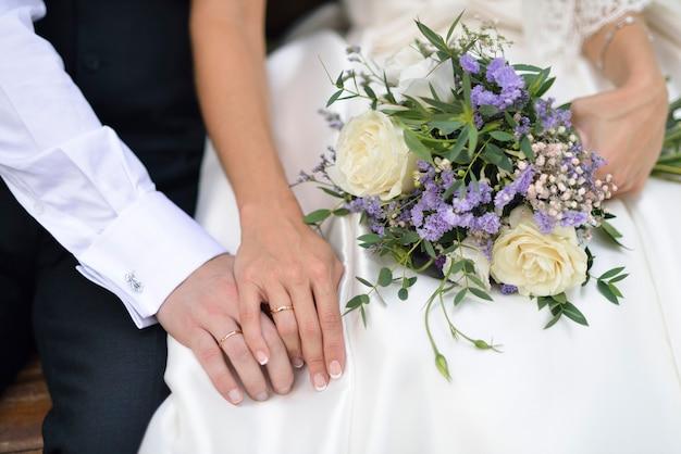 Couple avec mains jointes et alliances