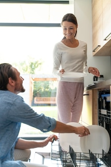 Couple à la maison faisant des tâches ménagères