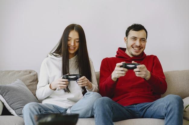 Couple, maison, jouer, vidéo, jeux