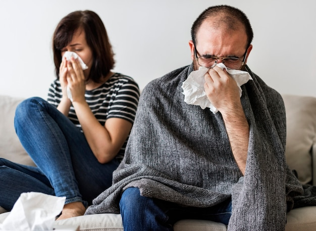 Couple malade ensemble à la maison